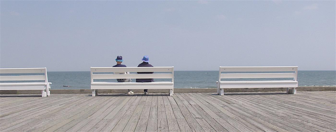 Paar auf Bank am Meer